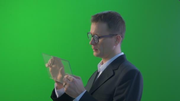 Geschäftsmann kommt Haltestellen mit virtuellen Tablet kauft durch Internet arbeiten am Forex Exchange sprechen auf Skype junge Mann In ein Jacke sucht am Schirm