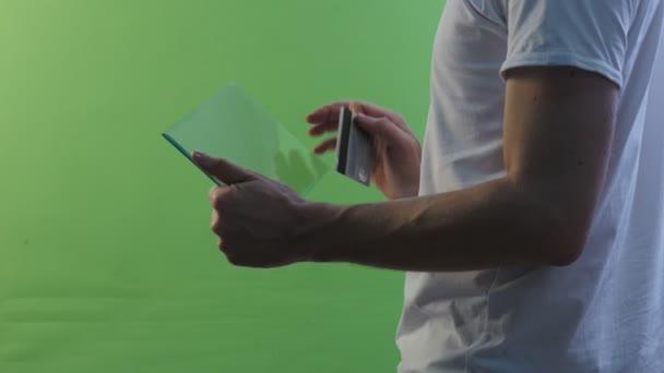 Mann im Profil mit Tablet zeigt o.k. Geschäftsmann mit virtuellen Tablet kauft durch Internet arbeiten am Forex Exchange sprechen auf Skype junger Mann