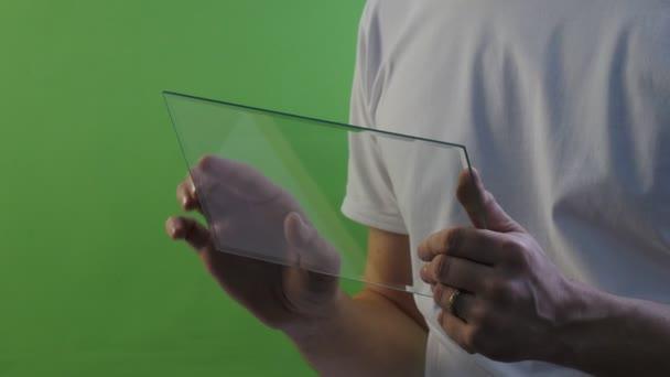 Mannes Hände Retroadapter Schriftrollen Bildschirm Walks Away virtuelle Tablet kauft Internet durcharbeiten am Forex Exchange sprechen auf Skype junger Mann im weißen T-Shirt