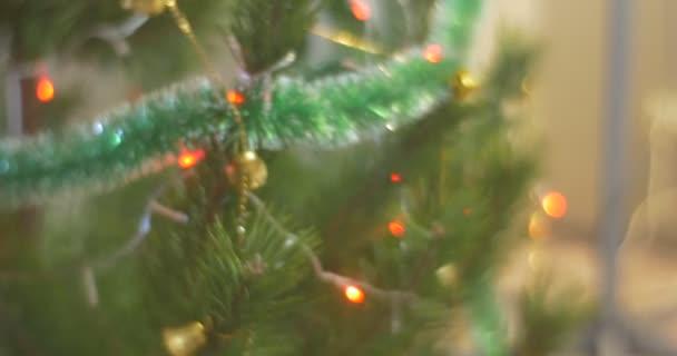 Panorama di un albero di natale pino Bell-ghirlanda dorata e colorata Lamplights sono scintille celebrazione di Natale in famiglia a casa