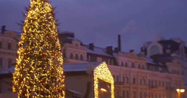 Persone di Capodanno albero carosello tv schermo Man al Santa Claus Costume Vintage edificio persone famiglie stanno camminando al Sofia Square celebrazione Kiev