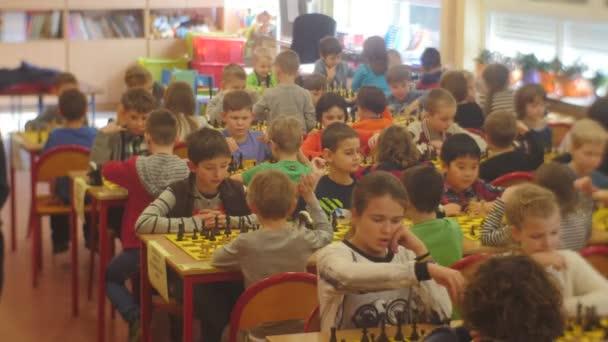 Sakk játék torna lelkes gyermekek sakkozni Black Knight Club emberek gyaloglás a Hall of Chess Club stratégia társasjáték Opole Lengyelország