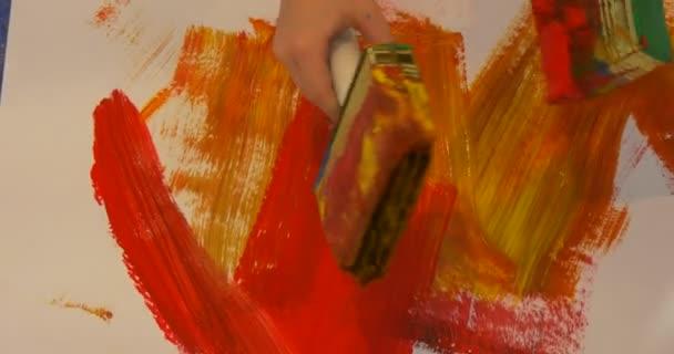 Kid s Hands gyermekek feltérképezés a padló Paint lapok papír People Paint óvoda oktatók szórakoztatják a gyermekek színes festékek képek oktatás
