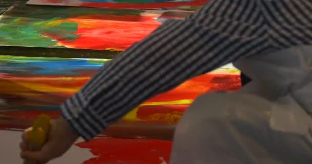 Gyerekek fiú színes festékek Art Gallery emberek festékkel az óvodában egy emeleten egy osztályteremben gazdaság egy nagy ecsetek szórakoztató Holiday festmény