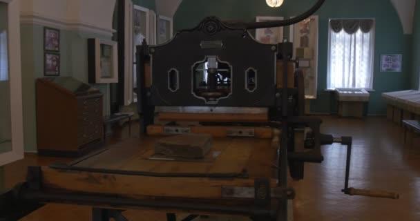 Historie počátku tiskárny nástroje, tiskařské stroje, tisku, muzeum, Kyjevskopečerská lávra, skleněné police, dvě ženy odraz v zrcadle
