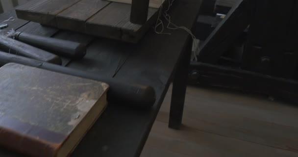 Nástroje pro rané tiskárny, tisk zařízení, historie tisku, muzeum, Kyjevskopečerská lávra, staré knihy na stole, šitá kniha, malé nástroje