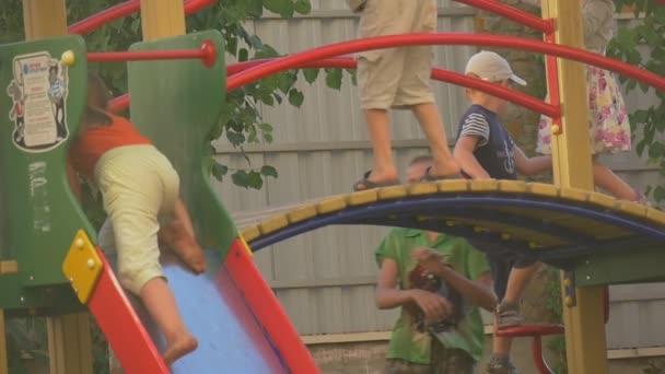 Kinder, sind Kinder auf einem Spielplatz für Kinder, spielen, Klettern auf die Rutsche, Treppen, Brücke, Zeitlupe