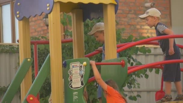 Kinder, Jungen und Mädchen, spielen auf einem Kinderspielplatz, klettern zu den Werkzeugen, Brücke, Dach, Treppe, Zeitlupe