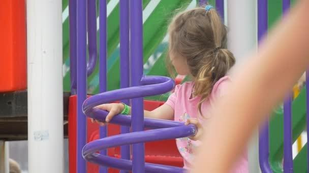 Děti, děti, hrají v The hřiště, dívka v růžové triko na schodech, dívka je na padáku, lezení do kanálu, děti na padák