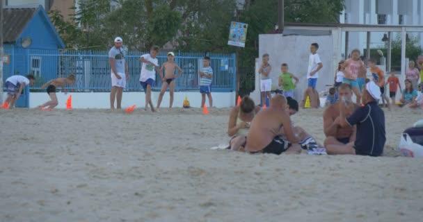 Ein Gruppentraining für Kinder, Kinder laufen, Gruppe von Männern sind Spielkarten, Menschen erholen Sie sich am Sandstrand, Meer, Meer