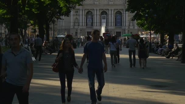 Emberek, párok a gyaloglás a sikátorban, Boulevard, szökőkút, emberek ülnek a padokon, művész festés, eladási portrék, fiatal párok