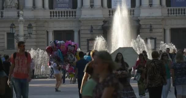 Emberek, párok a gyaloglás a sikátorban, Avenue, Boulevard, Park, szökőkút, a háttér, ballonok eladók, Vintage ruha lány egy eladási cukorka