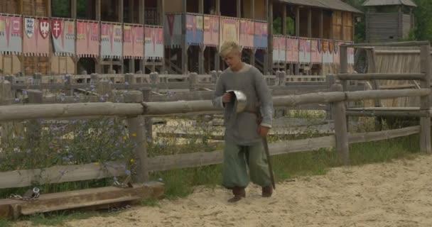 Frau, Schauspielerin, Assistentin ist Sweeping, Zwei Schauspieler, Männer als Krieger gehen durch Stadion, Museum beim Open Air