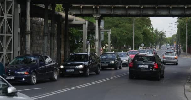 Zpevněné silnice Auto různé osobní automobily stojí ve frontě na jedné straně silnice, a pak auta pohybující letní den v Opole, Polsko