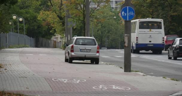 Zaparkovaná auta Silver červená zelená auta jít zpevněné silnice bílá autobus muž dostane Off The autobus příspěvky na The stran The Road letní podzim v město stromů