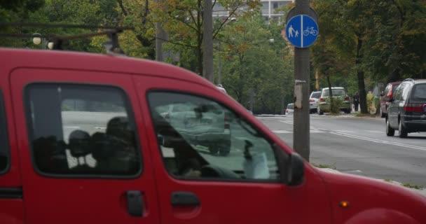 Zaparkované Carscars jít do zpevněné silnice Street Street dopravní Sign na Post On The Side Of The Road lampa příspěvky letní podzim ve městě venkovní
