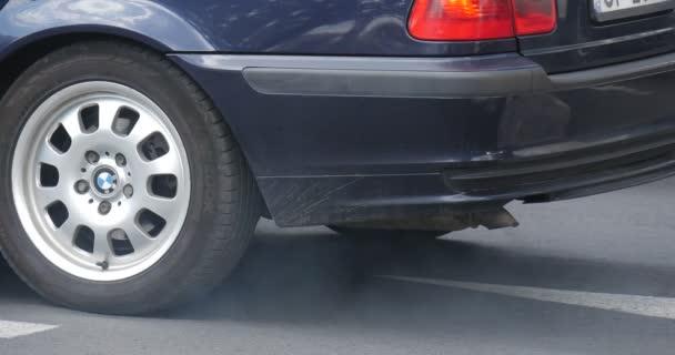 Modré Bmw stojí na silnici a pak začne pohybovat, že mnoho různých aut Auto asfaltce silniční značení zblízka letní den Opole Polsko