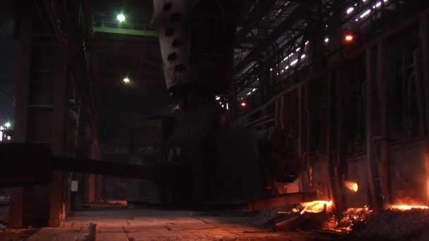 Načítání ze železné rudy do vysokopecní nakládací lopata ohněm stroj pece kouřit oranžové světlo