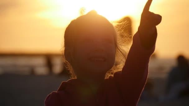 Malá dívka silueta bodů něco mluví lidé rodiny jsou procházky na Beach děti jsou hrát lidem jsou létající draci Kite Festival