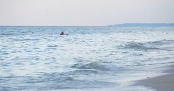 Muž je mytí Beach Chair nohy ve vodě, jde pryč, lidé, rodiny, rodiče, děti si odpočinout na písčitá pláž, moře, moře