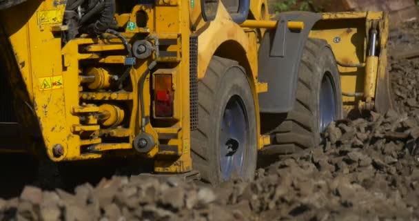Dělníci muži v oranžové pracovní oděvy jsou pracovní kopání žlutý bagr zblízka pohybující řidič-městské krajiny stavební Grove Road auta železnice