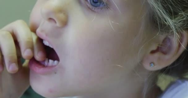 Tooth Wackeligen Zahn Kid Zu Verlieren Hat Mund Schließen Sich