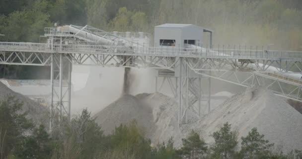 Cement is Strewed Dust csövek a cement Factory ökológia környezetszennyezést hulladék halomba Factory között zöld fák felhős nap Opole Lengyelország szabadban