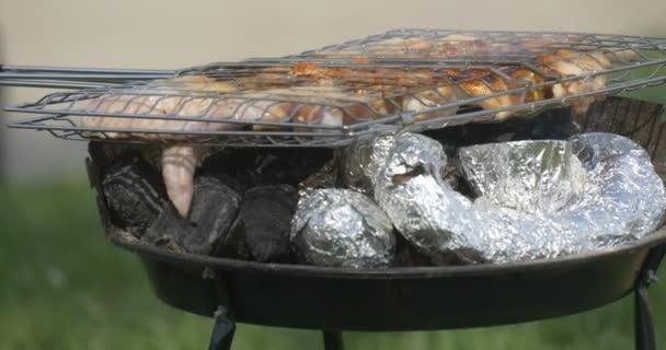 Vaření masa gril venku. Pečení masa žhavé uhlíky.