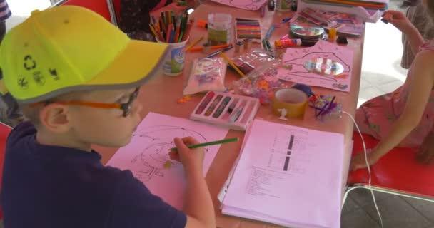 Kreslicí nástroje pro ruční práce dětí animátoři venkovní holky malovat obrázky