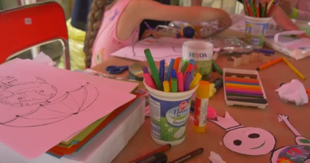 Drawing Tools For Handicrafts Girls With animators outdoor girls paint pictures