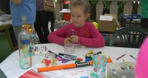 Děti, aby hračky s papírem na dovolené venkovní