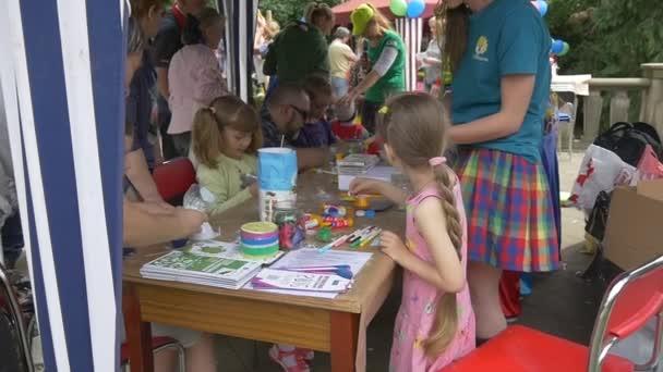 Dívky s animátory venkovní ve stanu dívky malbou na papíře