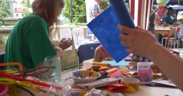 Dívky s animátory venkovní dívky malbou na papíře prázdninové zábavy