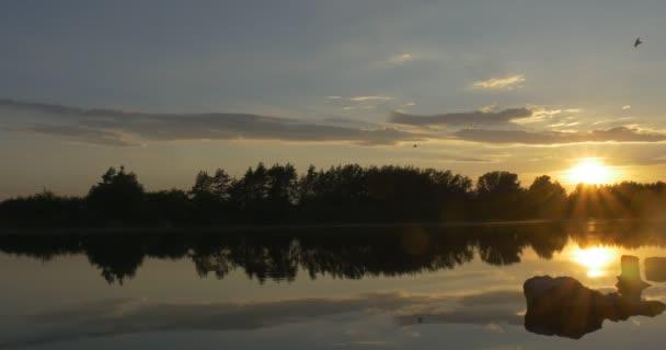 Naplemente a folyó, a fák és a Sky mérlegelés víz sziluettek