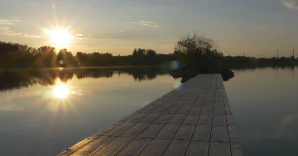 Západ slunce na řece, siluety stromů a Sky odraz ve vodě