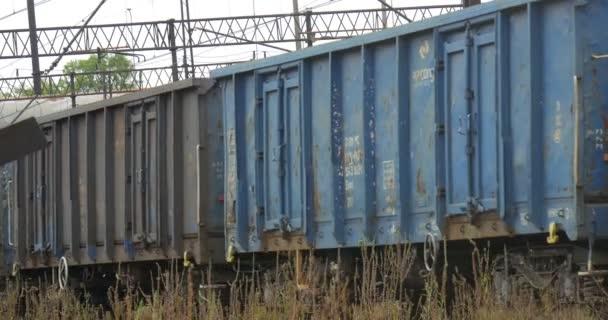 Sale Blu Ferrovie : Treno di trasporto lungo si sposta su railroad track grigio e