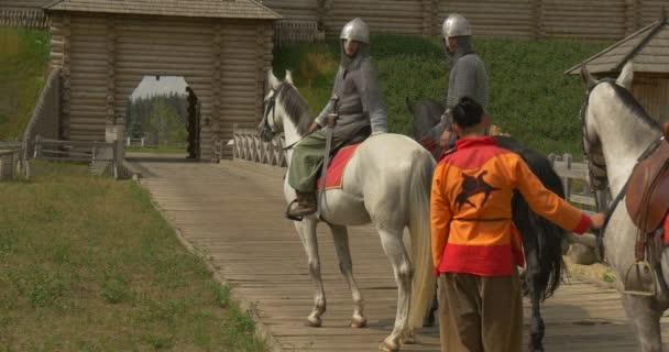 Tři herci jako Vladimir Velikého, Prince Vladimir a dva válečníci, vojáci v dávných kostýmy, stojící, sedící na koni na mostě