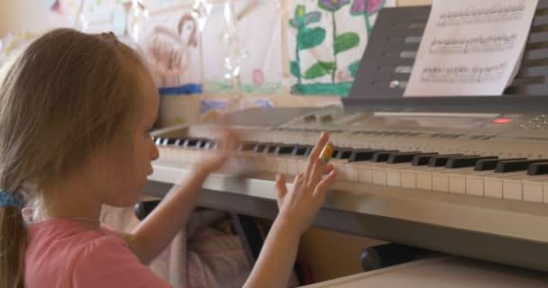 Baby Girl hraje na The Piano elektronické klávesnici s nadšením