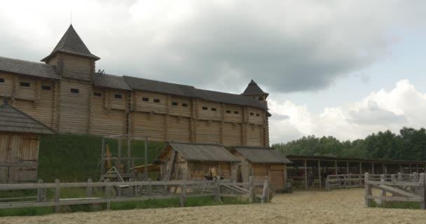 Kůlna pro koně, odstavování, starověká městská zeď na kopci, stadion, muzeum na otevřeném vzduchu