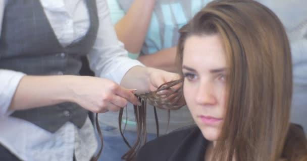 Kadeřník kadeřník je tkaní copánky takže účes žena s dlouhou Brown chloupky tvář blízko se holičství kadeřnictví Salon Beauty Salon