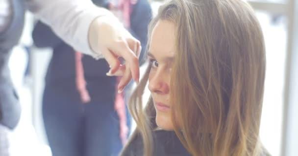 Kadeřník kadeřník je oddělit pramen a dělá zdvihy Kulma pro ženy s dlouhé hnědé vlasy holičství Kosmetický Salon