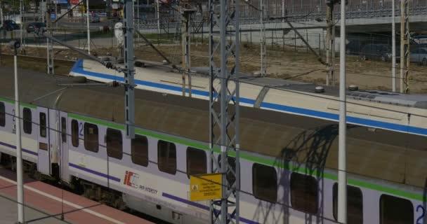 Osobní vlak dorazí zastaví elektrický vlak dívka chodí v platforma vozy železniční železniční stanice železniční křižovatka železniční semafor