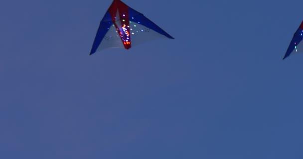 Bunte Leuchtende Kite Fliegen In Leuchtenden Lampen Blauer Himmel