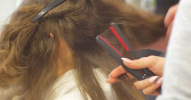 Izolované prameny jsou vyřešeny kadeřník kadeřník, takže účes vlnitého pro ženu s dlouhými vousy holičství Kosmetický Salon