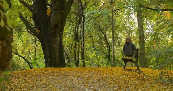 Férfi meleg Usanka sapka prém fül zárólapok gyaloglás üres padon a régi fa  felhős Park a abffce5f85