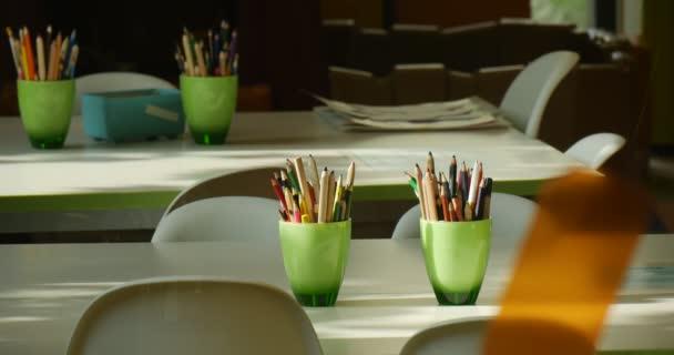Bílé tabulky bílé plastové židle zelená šálky s tužky na tabulky John Paul Ii městské veřejné knihovny v Opole, Polsko