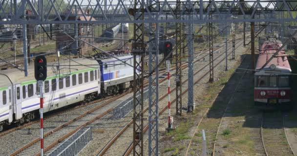 Vlak je že vlak opouští vlak ocas je stojící vlaky vozy železniční železniční stanice železniční křižovatka železniční semafor červené světlo věže