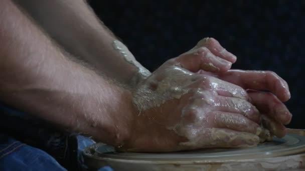 Mužské Potter řemeslník pracuje na lití keramiky kolo Clay Pot rukou úzké se žena v žluté tričko snubní prsten na prst keramická dílna