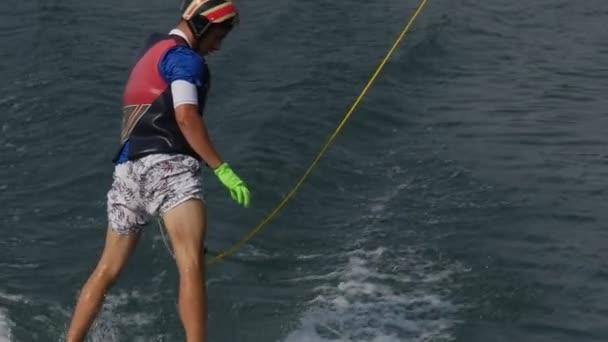 Lyžař Close Up umožňuje kabel jít a propadají do vody pomalu člověka v helmě a vodní lyžování kostým je vodní lyžování kabel lyžování v Wake Park