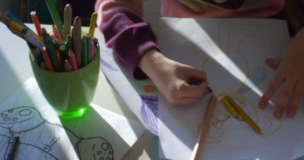 Holčička v růžových halenka sedí v The tabulka obraz barevné tužky od Green Cup hraje mít dobrý čas v učebně školky